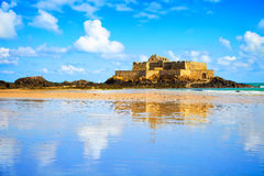 圣马洛湾堡垒国民和海滩,低潮。布里坦尼,法国。 免版税图库摄影