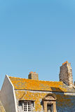 圣马洛湾屋顶和房子在与蓝天的夏天 britte 库存图片