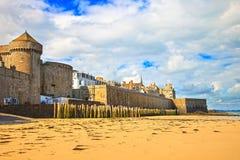 圣马洛湾海滩、城市墙壁和房子 作用低潮 布里坦尼, Fra 免版税库存照片