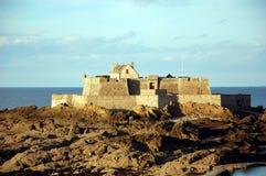 圣马洛湾,日落的堡垒国民 库存图片