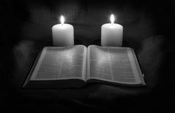 圣经、耶稣受难象和两个蜡烛 库存图片