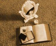 圣经、蜡烛和镜子 库存照片