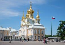 圣洁传道者彼得和保罗的宫殿教会的看法在一个晴朗的夏日 peterhof 免版税库存照片