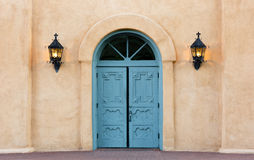 圣费利佩de Neri教会的五颜六色的双门在老镇, 库存图片