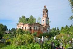 圣洁十字架的兴奋的被放弃的教会在村庄Chachkovo 雅罗斯拉夫尔市地区 免版税图库摄影