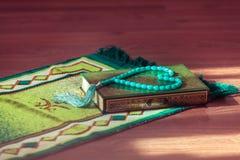 圣经古兰经和念珠 阿拉伯语写-翻译-告诉的Quran 免版税图库摄影