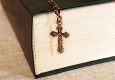 圣经和十字架与耶稣 免版税库存照片
