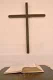 圣经和十字架 库存照片