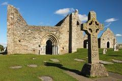 圣经和大教堂的高十字架。Clonmacnoise。爱尔兰 免版税库存照片