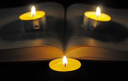 圣经和蜡烛 免版税库存图片