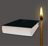 圣经和蜡烛 免版税库存照片