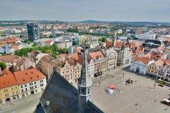 从圣巴塞洛缪&#x27的看法; s大教堂塔 比尔森 cesky捷克krumlov中世纪老共和国城镇视图 图库摄影