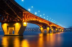 圣水大桥在晚上 库存图片