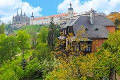 圣巴巴拉大教堂和阴险的人学院看法在Kutna Hora,捷克 免版税库存照片