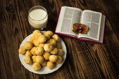 圣经曲奇饼和牛奶 库存图片
