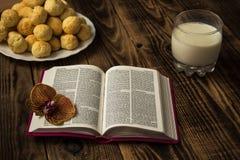 圣经曲奇饼和牛奶 免版税库存图片