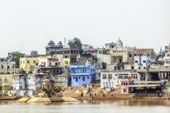 圣洁湖的ghat的香客在普斯赫卡尔 免版税库存图片