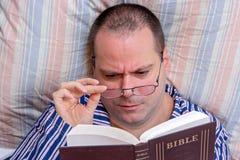 读圣经的人 免版税库存图片