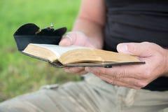 读圣经的人 库存照片