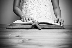 读圣经的基督徒妇女的特写镜头 免版税库存图片