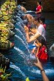 圣水的祈祷的人 免版税库存图片