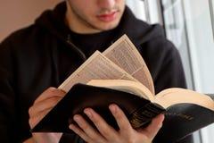 供以人员读书圣经 库存照片
