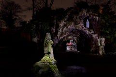 圣洁的贞女玛丽lightpainting洞穴的雕象 库存图片