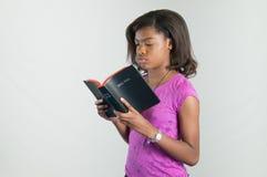 年轻圣经读者。 库存图片