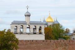 圣索菲娅大教堂,多云10月天古老钟楼  novgorod veliky的俄国 免版税库存照片