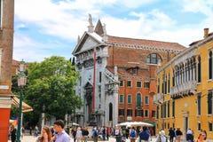 圣维达尔方形的近的教会的游人在威尼斯,意大利 库存照片