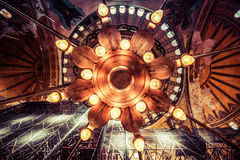 从圣索非亚大教堂的壮观的枝形吊灯,土耳其 库存照片