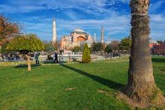 圣索非亚大教堂通过在蓝色清真寺之间的庭院看了 图库摄影