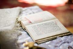圣经,教会书,在法坛的圣经,一部开放圣经 免版税库存照片