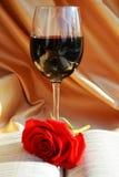 圣经,红葡萄酒和上升了 免版税库存图片