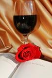 圣经,红葡萄酒和在豪华背景上升了 免版税库存图片