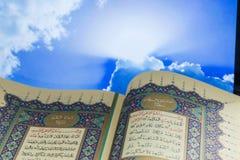 圣经Qur的`开头页  库存图片
