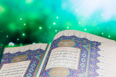 圣经Qur `开头页有绿色背景 免版税库存图片