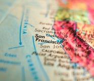 圣Fransisco,加利福尼亚美国集中宏观射击于旅行博克、社会媒介、网横幅和背景的地球地图 库存照片