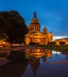 圣Isaac& x27的反射; 水坑的s大教堂 库存图片