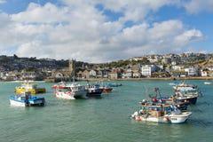 圣Ives康沃尔郡英国小船在港口在这个美丽的旅游镇 免版税库存照片