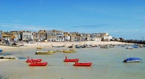 圣Ives港口和海滩与游船 库存图片