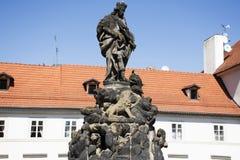 圣Ludmila雕象在查理大桥的在布拉格,捷克 免版税库存照片