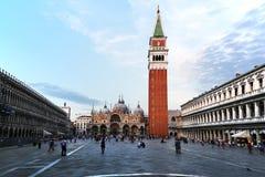 圣Marco广场在威尼斯,有游人的 免版税库存图片