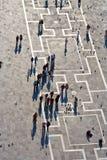 圣Marco广场结转鸽子的游人 免版税库存图片