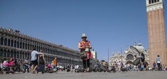 圣Marco广场,威尼斯,意大利-飞行鸽子 免版税库存图片