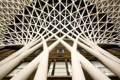 圣Pancras相反瀑布结构从下面 免版税库存图片