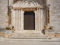 圣Quirico,托斯卡纳牧师会主持的教堂的主要门户  免版税图库摄影
