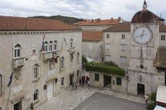 圣Sebastian s教会和镇在特罗吉尔古老正方形的尖沙咀钟楼  免版税库存图片