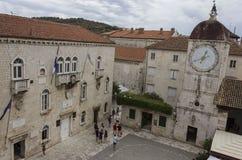 圣Sebastian ` s教会和镇在特罗吉尔,克罗地亚古老正方形的尖沙咀钟楼  图库摄影