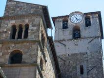 圣Sisto教会的两座钟楼的肢向维泰博在拉齐奥在意大利 免版税库存图片
